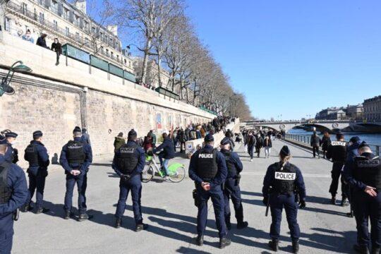 Les quais de la Seine un samedi après-midi